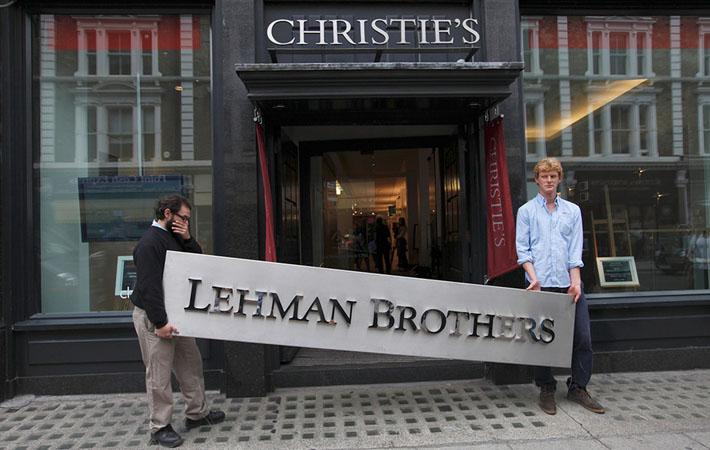 Фотографии, изображающие работников «Lehman Brothers» с коробками под мышкой, покидающих свои нью-йоркские офисы, обошли весь мир. 25 000 уволенных за один день. О падении четвёртого по значимости американского коммерческого банка кричали все газетные заголовки.