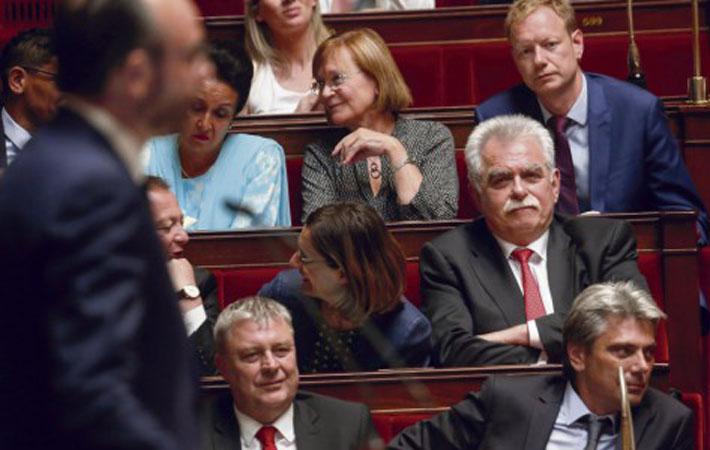 Национальное собрание стало вчера театром необычных действий. Утром одиннадцать депутатов-коммунистов собрались на брифинг, чтобы представить проект контр-бюджета, радикально отличающийся от бюджета правительства.