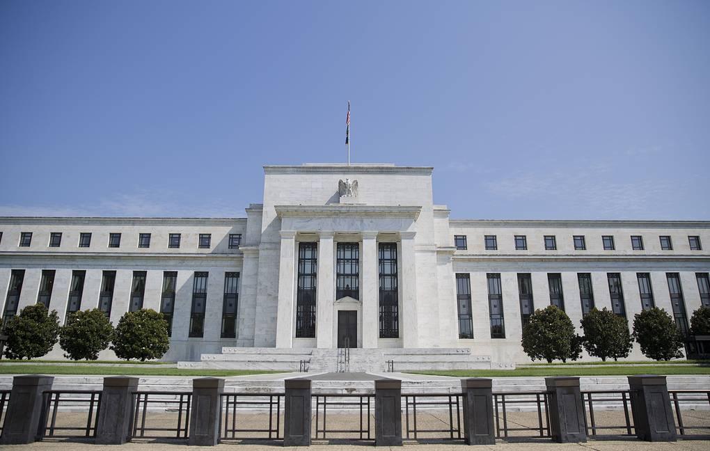 За последний месяц Центральный банк США был вынужден срочно вывести на межбанковский рынок многомиллиардные суммы наличных денежных средств. Причина - резкий подъём процентных ставок, вызванный дефицитом средств (похожая ситуация была накануне 2008 года). Аналитики считают, что «кризис не за горами». Попробуем разобраться в ситуации.