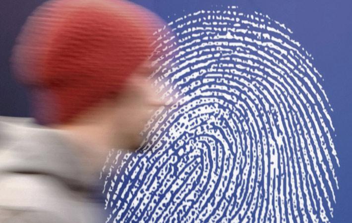 Ровно год назад министр внутренних дел Франции Бернар Казнёв доверил наисекретнейшему американскому стартапу «Palantir» обработку и структурирование данных, поступающих от французской разведки, чтобы усилить наш арсенал борьбы с терроризмом.