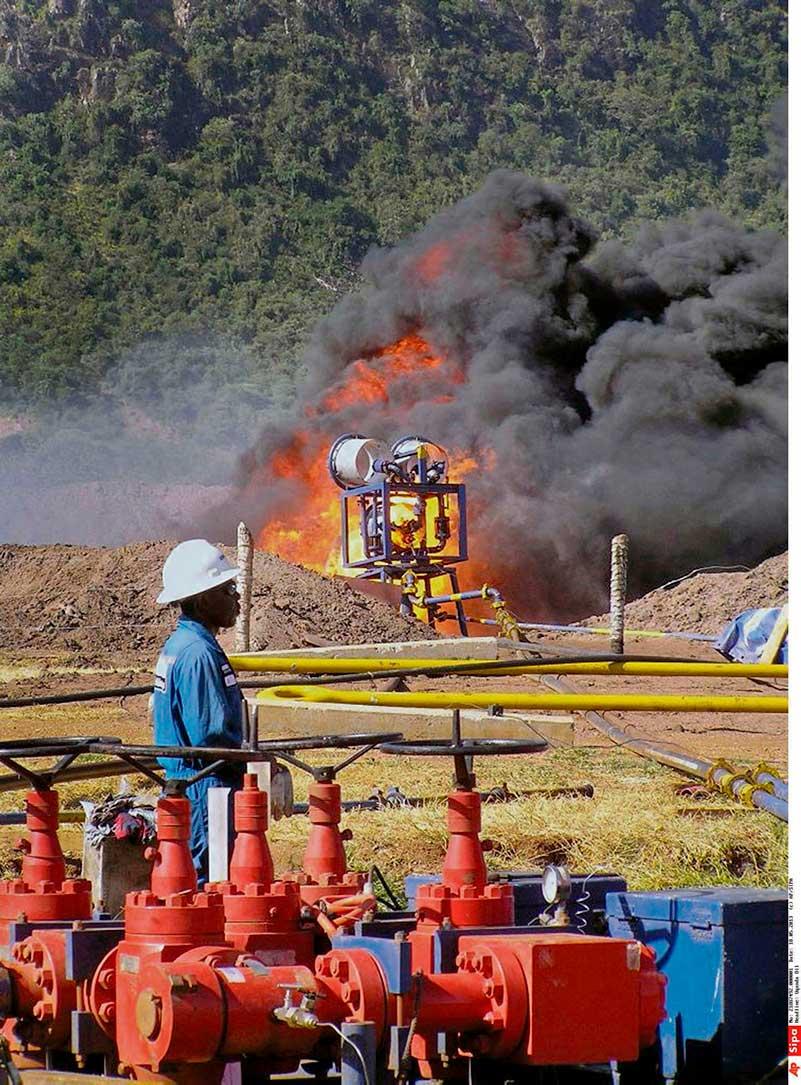 Опираясь на закон, обязывающий транснациональные корпорации предупреждать возможные социальные и экономические риски, связанные с их деятельностью, шесть французских и угандийских организаций добиваются от нефтяного гиганта уточнений относительно его работы в Уганде. Беспрецедентный случай.