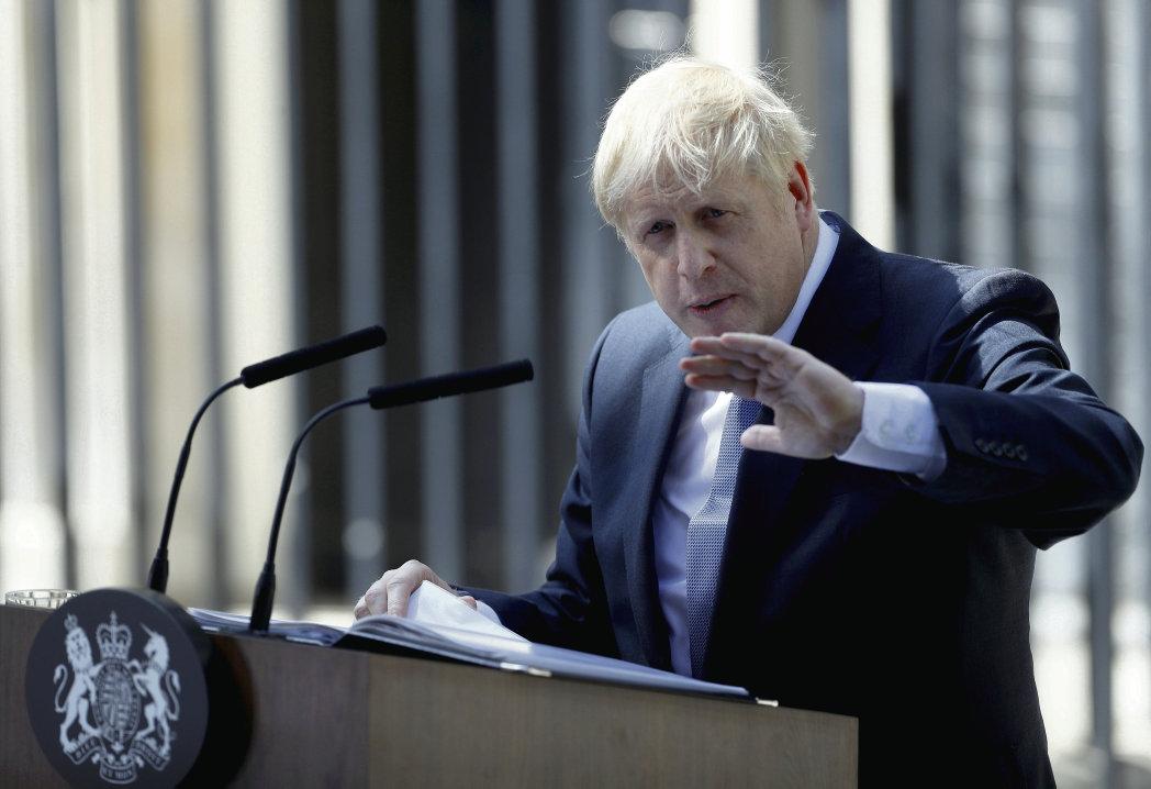 Новый премьер-министр Британии ставит на ключевые посты в правительстве своих друзей.