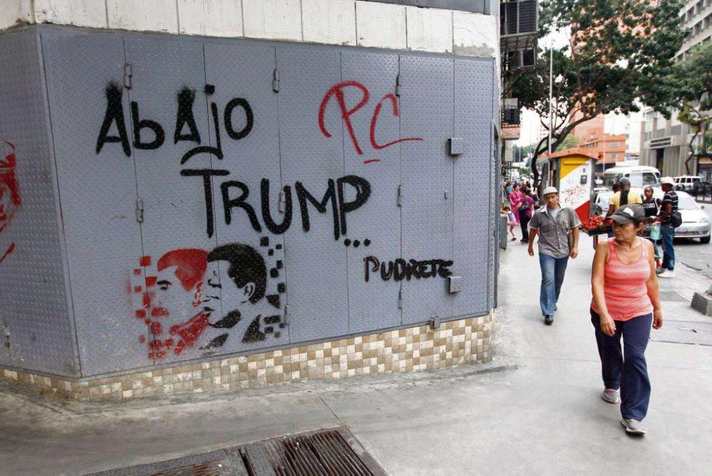 Дональд Трамп подписал указ о замораживании всех государственных активов Венесуэлы, чтобы ограничить возможности Каракаса в сфере торговли. Переговоры с оппозицией продолжаются.
