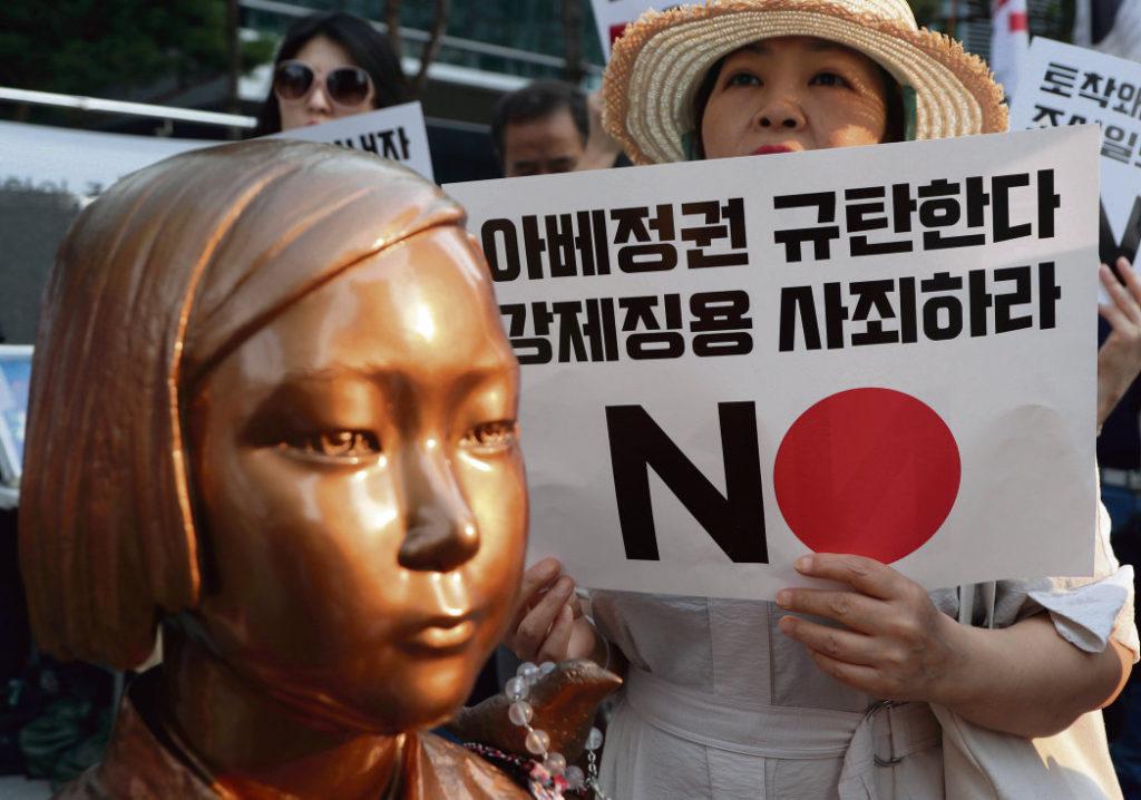 Разногласия по поводу сложных страниц истории привели к тому, что Сеул и Токио вот-вот могут начать двустороннюю торговую войну. Страны обмениваются санкциями, которые рикошетом бьют по интересам США.