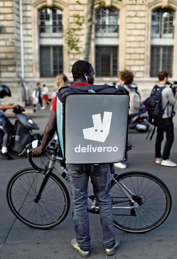 В эту субботу в Париже пройдёт вторая забастовка курьеров интернет-платформы Deliveroo. Они намерены блокировать работу ресторанов в знак протеста против новой системы начисления зарплат. Развоз еды на скутере для многих из них способ выживания, а не заработка.
