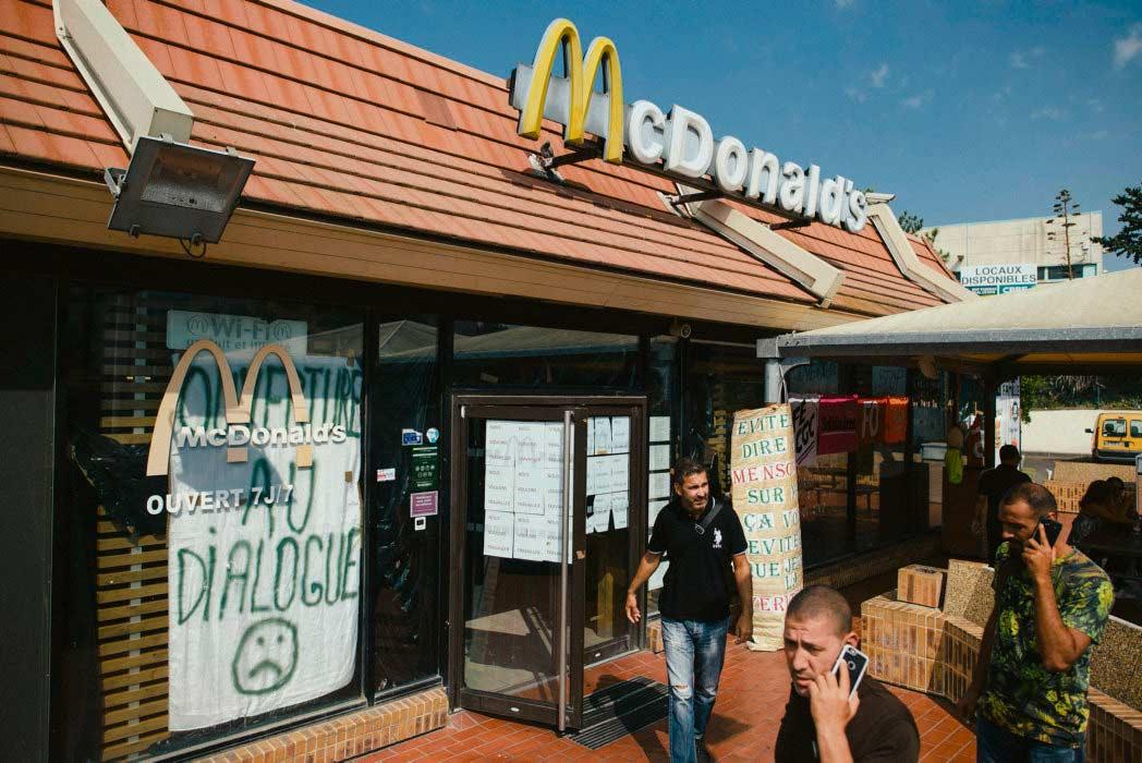 Владелец нескольких ресторанов быстрого питания в Марселе заключил показательную сделку: он заплатил 25 000 евро за лжесвидетельство против работника, имеющего особый статус.
