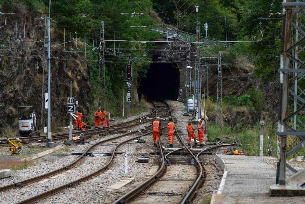 Суд обязал компанию «SNCF Reseau» отказаться от привлечения подрядчиков к проведению работ по ремонту и техническому обслуживанию путей. Профсоюз ВКТ, выступающий против использования аутсорсинга в деятельности государственной компании, одержал победу.
