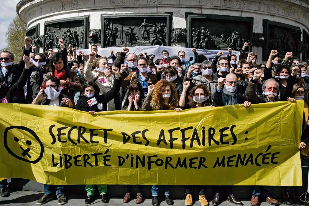 После избрания Эммануэля Макрона на пост президента Франции в стране усилилось давление на прессу. Попытки запугать работников СМИ сочетаются со стремлением представителей «нового мира» оберегать от нескромных взглядов то, что происходит в крупных компаниях.