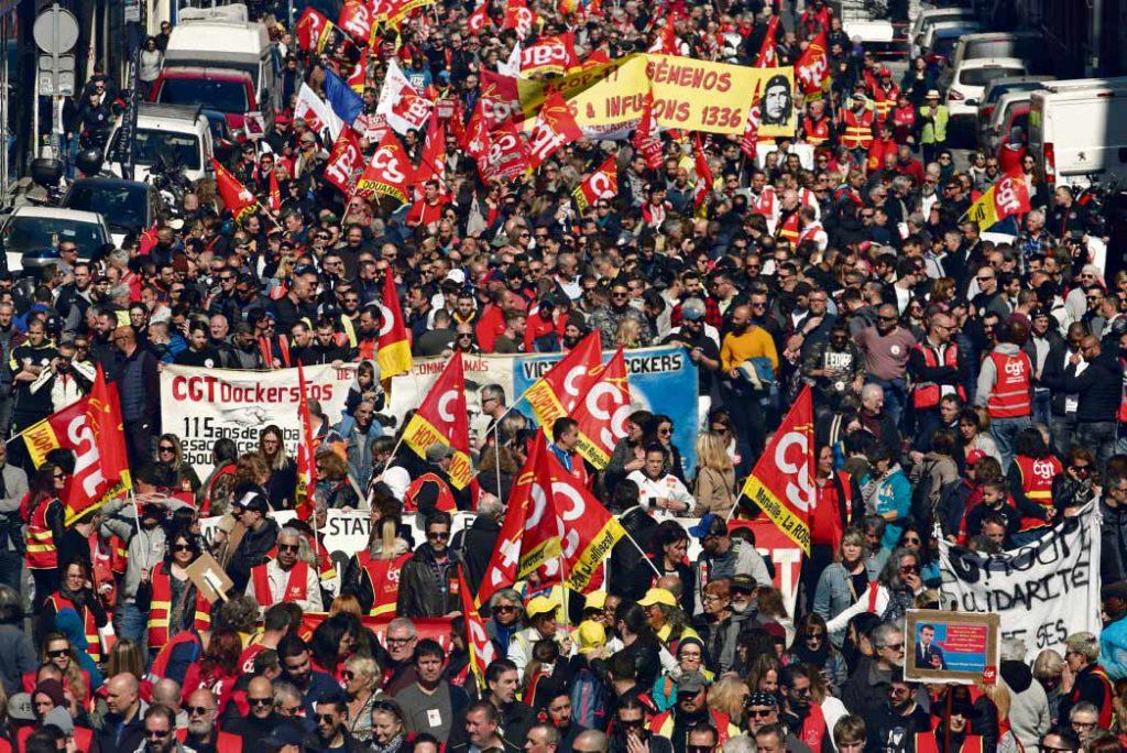 Параллельно с масштабными выступлениями против пенсионной реформы, профсоюзы планируют в ближайшие недели провести ещё около десяти мероприятий, в том числе манифестации в защиту климата и межотраслевые акции протеста. График плотный и некоторые сомневаются, что выдержат его.