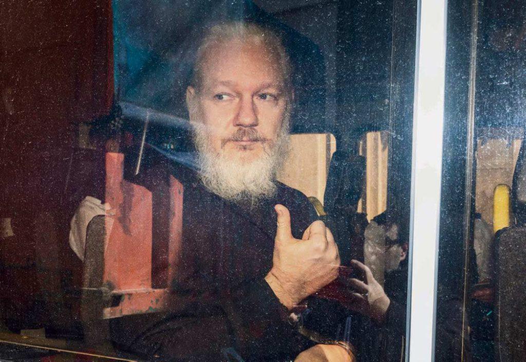 Основатель сайта «WikiLeaks» Джулиан Ассанж по-прежнемунаходится в тюрьме строгого режима «Белмарш». Те немногие лица, которые получили разрешение на свидание с журналистом, опасаются за его жизнь.