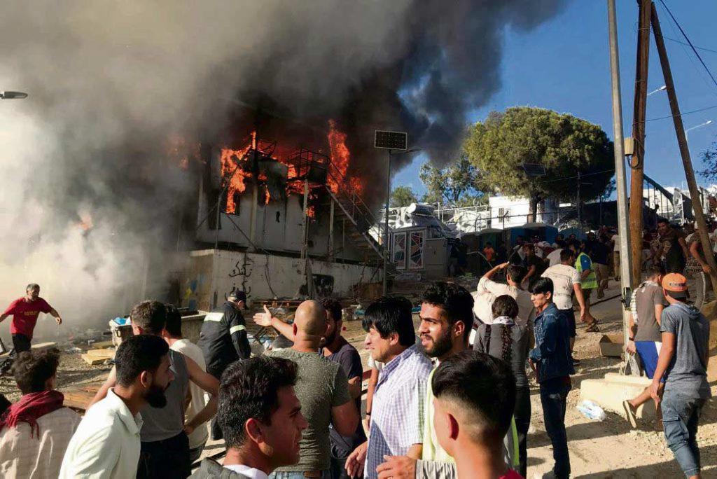Двое мигрантов погибли при пожаре и беспорядках, возникших в перенаселённом лагере для беженцев, расположенном на греческом острове Лесбос.