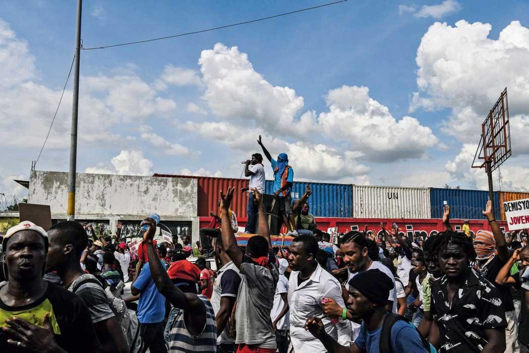 После трёх недель экономической парализации, манифестаций и безжалостных репрессий оппозиция решила, что пора блокировать государственные учреждения. Протестующие добиваются смещения главы государства. Судя по всему, окончания этой политический борьбы придётся ждать долго.