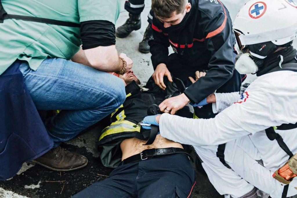 Спасатель, получивший пулю из травматического пистолета во время всеобщей акции протеста, проходившей 15 октября, обратился в парижскую прокуратуру с иском по фактам насилия с применением оружия и создания угрозы для жизни. Более того, ему грозит увольнение. И его заявление далеко не единственное.