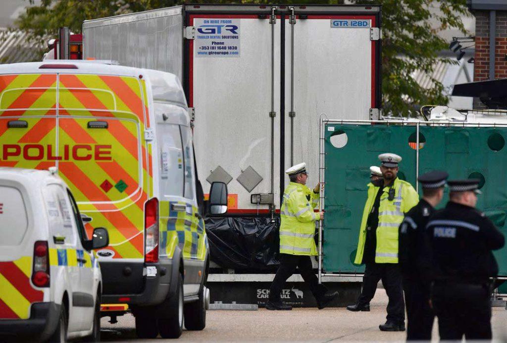 В среду, после обнаружения 39 трупов в прицепе грузовика на юге Англии, многие правовые ассоциации обвинили правительство Великобритании в том, что оно не оставило для мигрантов возможности приезжать в страну «безопасным и легальным» путём. А ведь похожая трагедия уже случалась в 2000 году в Дувре: в тот раз в грузовике погибло 56 мигрантов из Китая.