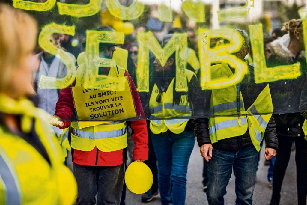 По всей Франции протестующие снова выходят на улицы. В Париже, Клермон-Ферране и Тулузе раздавались призывы выступить единым фронтом 5 декабря против пенсионной реформы.