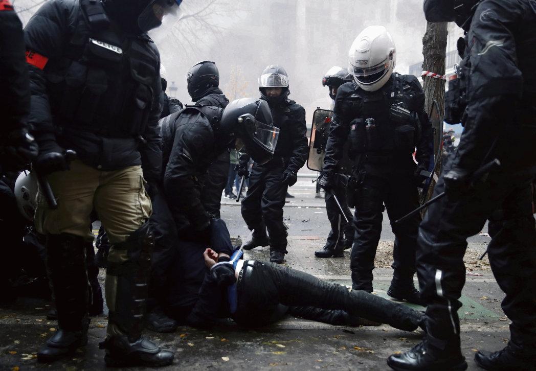 В Париже на Площади Республики произошли столкновения между силами правопорядка и демонстрантами, однако это не помешало участникам выступлений дойти до Площади Нации.