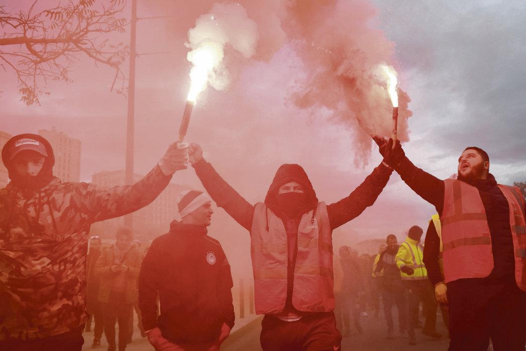 После призывов профсоюзного объединения к новым выступлениям и продлению забастовки на все выходные, власть пытается поставить заслон общественному движению и срочно собирает кабинет министров.