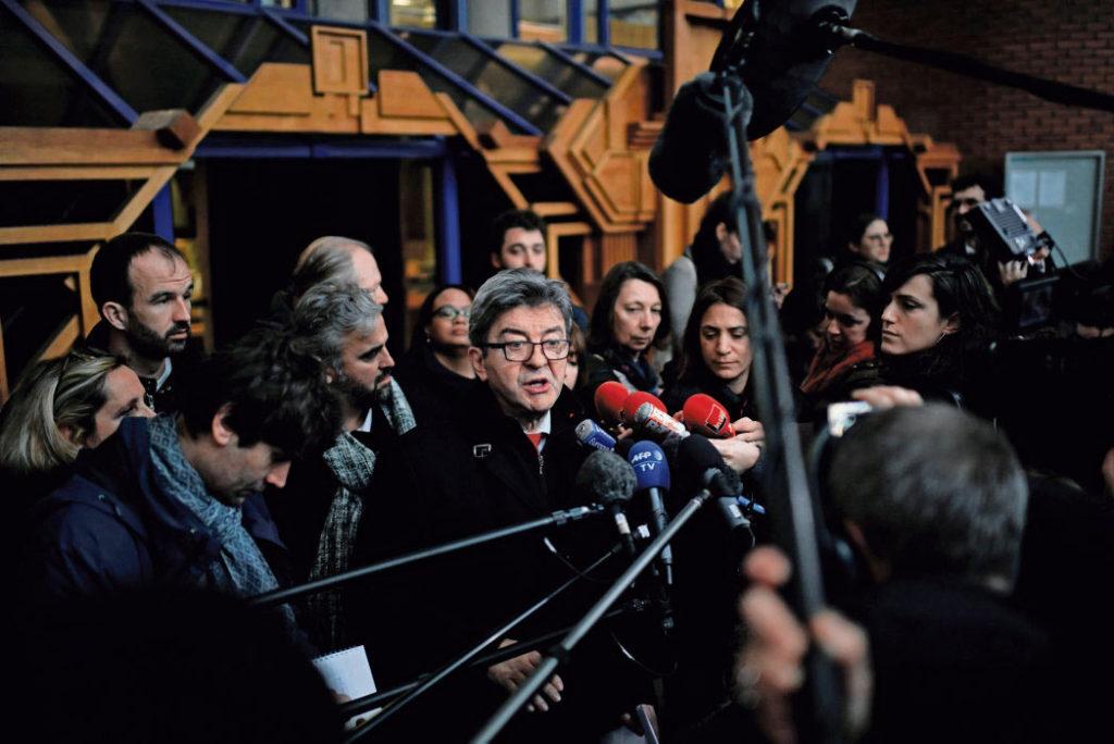 Вчера Жан-Люк Меланшон был приговорён к трёхмесячному тюремному заключению условно и к выплате штрафа в размере 8 000 евро. Как и во время сентябрьского судебного процесса, депутат от «Непокорённых» критикует «дешёвый сценарий, написанный Белубе и Макроном».