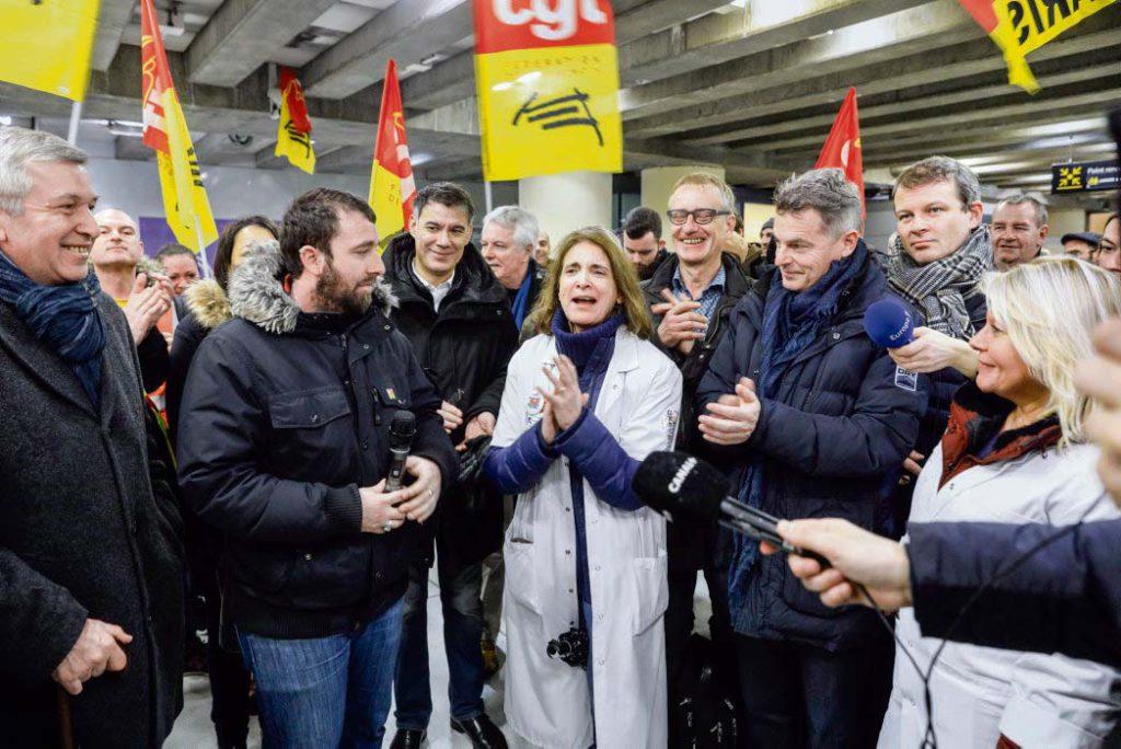 В понедельник в Париже прошла встреча представителей левого движения, целью которой было поддержать протестующих железнодорожников и достичь договорённостей по принятию совместных решений.