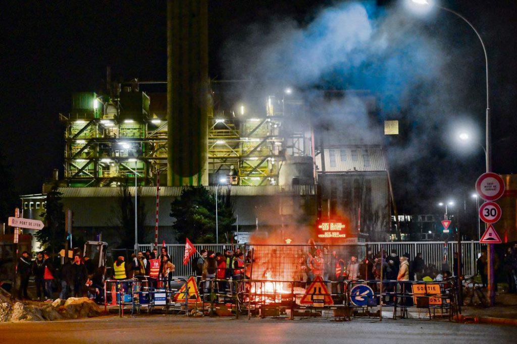 Ночью накануне акции протеста против пенсионной реформы около 150 сотрудников государственных и частных компаний заблокировали порт в Лионе (департамент Рона).