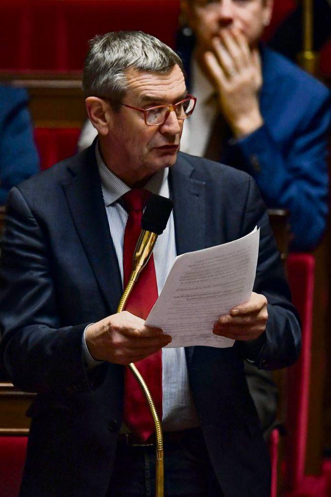 Вчерашнее заседание Национальной ассамблеи было отмечено оживлёнными перепалками: оппозиция требовала от правительства до рождественских праздников отозвать проект несправедливой реформы, оставшейся без глашатая после отставки Жан-Поля Делевуа.