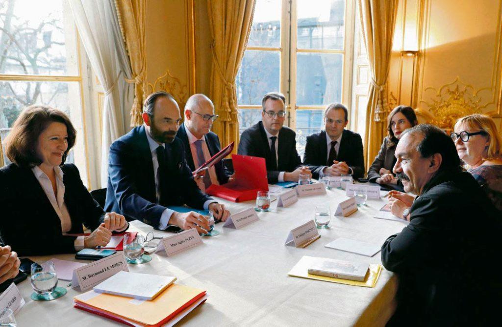 Сегодня состоится второй день переговоров представителей профсоюзов и правительства. Ввиду непреклонности власти сложно ожидать сего-то от этих встреч.