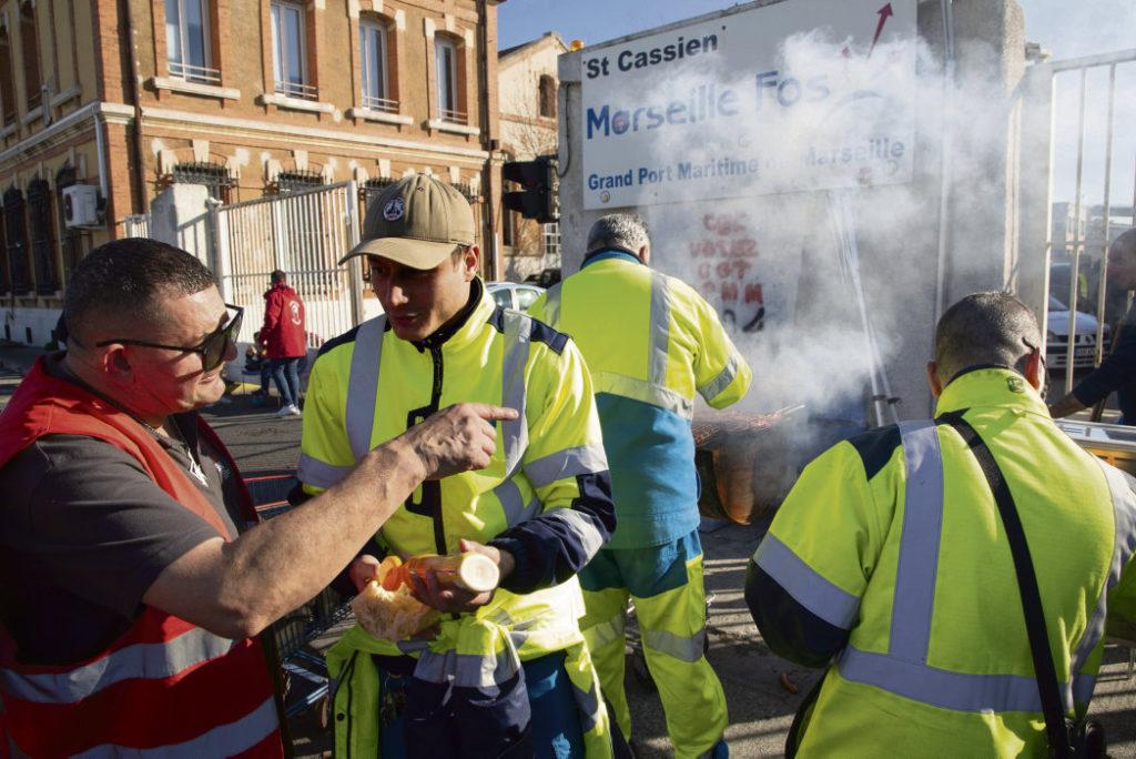 Бастующие трудящиеся всего департамента Буш-дю-Рон откликнулись на предложение сотрудников марсельского порта и провели во вторник акцию солидарности.