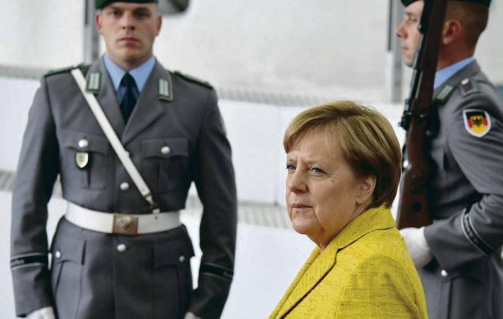После политического потрясения, вызванного выборами в Бундестаг, Ангела Меркель навряд ли будет удобным партнёром для Эммануэля Макрона. Даже если предположить, что через несколько недель ей всё-таки удастся договориться с либералами и зелёными и сформировать таки новое правительство, чтобы вновь оказаться в кресле канцлера.