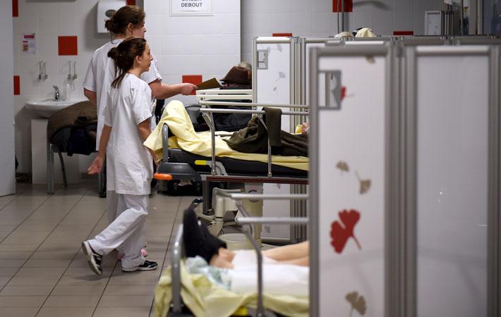 Чтобы восполнить нехватку средств в системе социального обеспечения (6,1 миллиардов евро в этом году), государство решает ввести в государственных больницах правила управления, присущие частным компаниям. Как это повлияет на повседневную работу врачей, медсестёр, санитаров и директоров учреждений?
