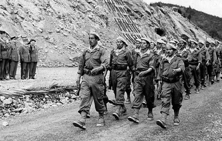 1956 год был ужасен. Убийства колонистов, цикл репрессии-терроризм-репрессии- погрузили город Алжир в море крови. Начало 1957 года - обострение положения. Социалист Ги Молле передаёт все полномочия в руки военных.