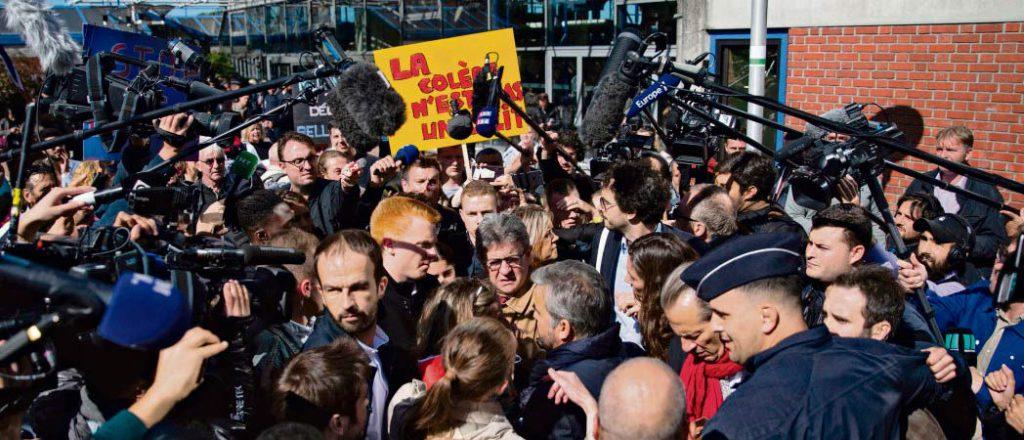 В г. Бобиньи идёт суд над пятью участниками движения «Франция непокорённая» (ФН) и лидером движения, депутатом от Марселя Жаном-Люком Меланшоном, который использует эту возможность для разоблачения «политического процесса». И старания Меланшона не пропадают даром, пусть он и не избежал некоторых ошибок. Слушание продолжится в пятницу.