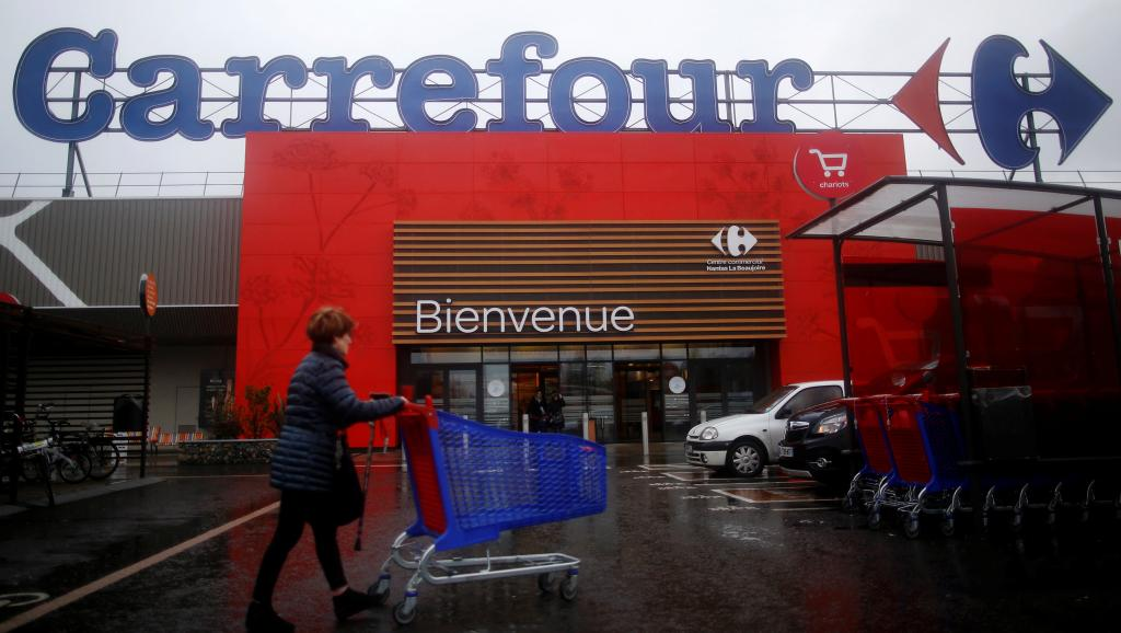 В этот четверг руководство гигантского холдинга, входящего в список CAC 40, ждёт судебное разбирательство по иску представителей отделения «Всеобщей конфедерации труда» (ВКТ) в одном из магазинов фирмы в Марселе. Профсоюзные активисты обвиняют «Carrefour» в ликвидации 10 000 рабочих мест в период с 2013 по 2018 годы, когда холдинг получил дотации в размере 2 миллиардов евро, в том числе 800 миллионов – в качестве налогового вычета на поддержку конкурентоспособности и занятости.