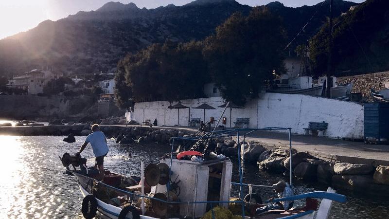 Европейский Союз предлагает отказаться от использования традиционных лодок в обмен на субсидии. Цель ясна: уничтожить рыболовецкий промысел, традиционный еще с византийских времён, ради того, чтобы ускорить экономические преобразования на островах Самос и Икария.