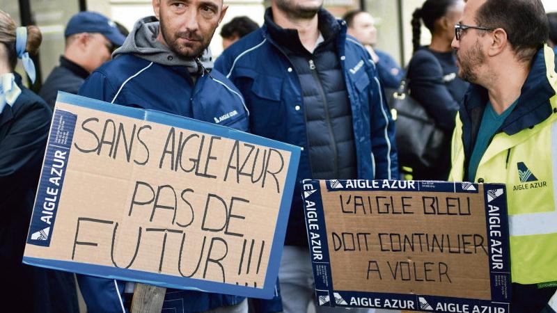 Сотрудники авиакомпании «Aigle Azur» собрались у здания Министерства транспорта с требованием не допустить распродажи их компании по частям. Они хотят, чтобы фирма сохранила целостность и продолжала работать, а весь персонал остался на своих рабочих местах. Вчера потенциальные покупатели авиакомпании представили свои бизнес-предложения.