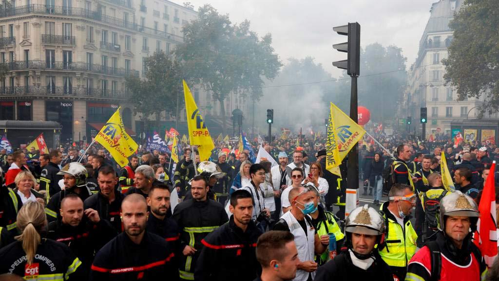 После трёх месяцев забастовок тысячи борцов с огнём вышли на улицы Парижа. Впервые к ним присоединились медики.