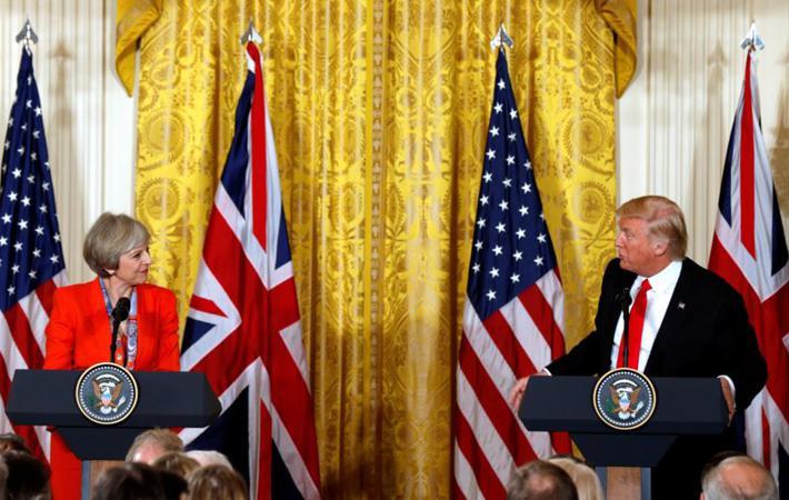 Этот кадр немедленно попал на первые страницы британских газет: Дональд Трамп и Тереза Мей, пожимающие друг другу руки, под колоннадой перед садами Белого дома в прошлую пятницу.