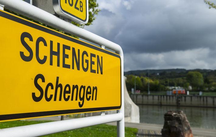 Этот контроль был введён в 2015 году Германией, Австрией, Данией, Швецией и Норвегией. Первоначально, после установления на границах контроля, Еврокомиссия предполагала возврат к классическим шенгенским правилам в декабре 2016.