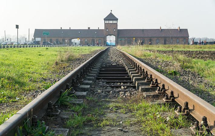"""Джонатан Хайун снял фильм, в котором ставится вопрос о политической важности исторической памяти этих мест не только для жертв, но, что гораздо важнее, для живых. Один из главных """"недостатков"""" Освенцима – это отсутствие имён на самом мемориале."""