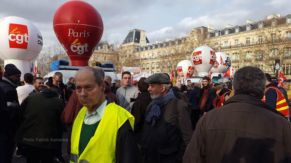 На забастовку 17 декабря во Франции вышли почти 2 мил человек. Порядка 260 колонн манифестантов двигались по улицам разных городов страны. По данным профсоюза Всеобщая конфедерация труда (ВКТ), в Париже на улицы вышло 350 000 человек, с требованием новым переговоров с профсоюзами.