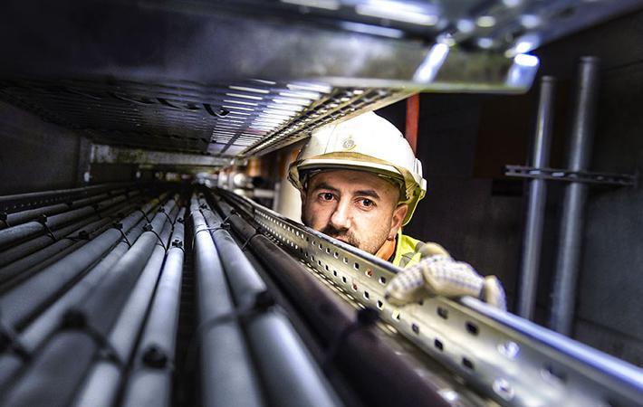 Расположившись за строительными ограждениями на станции Шатле-ле-Аль, около тридцати турецких и курдских рабочих, нанятых компанией FH Service и не получающих зарплату вот уже несколько месяцев, в понедельник прекратили работу.