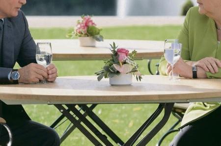 Можно ли говорить о стремлении Германии и России создать более тесные отношения между странами, чтобы противостоять многоплановому давлению Дональда Трампа на международной арене? В субботу 18 августа в замке Мезеберг, предназначенном для почётных гостей немецкого правительства, прошла встреча Ангелы Меркель и Владимира Путина.
