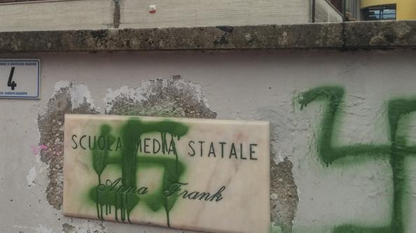 В воскресенье на стенах государственной школы имени Анны Франк в Монтрее были обнаружены расистские и антисемитские граффити.