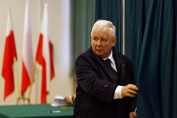 Ярославу Качинскому и главе правительства Беате Шидло пришлось покидать парламент глубокой ночью в сопровождении полицейского эскорта, пытаясь избежать гнева протестующих, которые заблокировали выходы из здания.