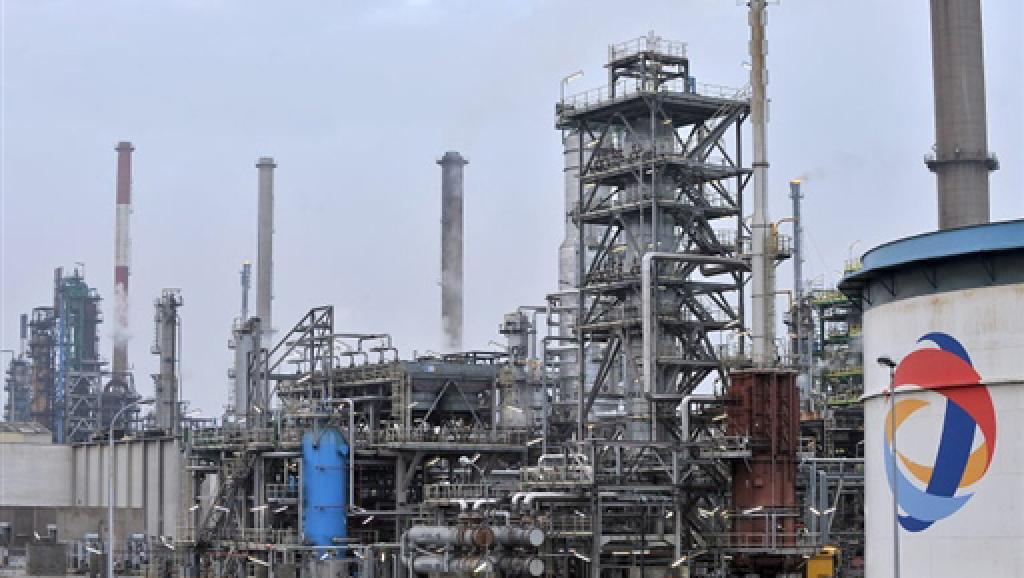 Профсоюз ВКТ сообщил, что на нефтеперерабатывающих заводах, расположенных в городах Лавера и Гранпюи, вышел приказ об остановке производства. Запустить их заново будет не так-то просто.