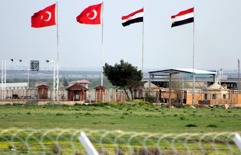 В дипломатическом и военном воздушном пространстве Сирии множатся парадоксы. Начиная с утра четверга военно-воздушные силы России и Турции проводят совместную военную операцию против джихадистов, укрывшихся в районе города Эль-Баб, расположенного в 40 км к северо-востоку от Алеппо.
