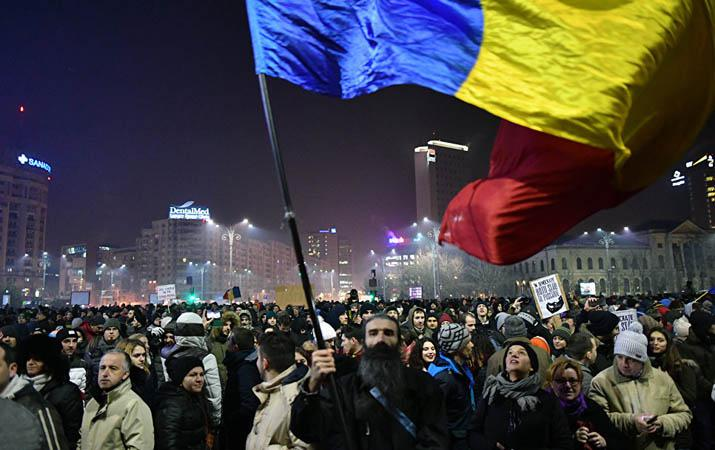 «Завтра мы соберёмся, чтобы отменить это постановление». Недавно вступивший в должность премьер-министр, социал-демократ Сорин Гриндяну, объявил, что в воскресенье, для того, чтобы избежать «раскола в Румынии», он собирается отменить весьма спорный документ, ослабляющий борьбу с коррупцией.