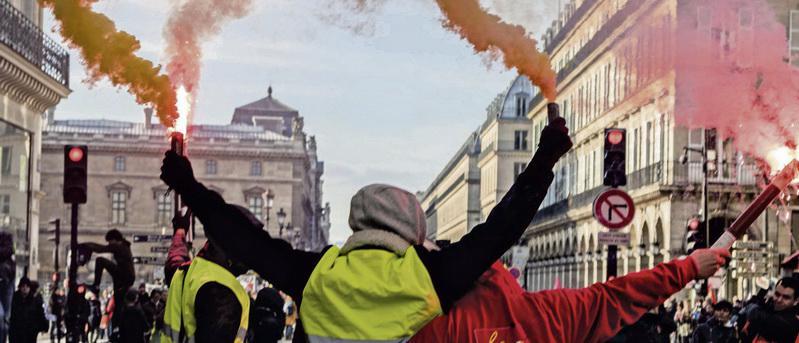 Профсоюзные активисты, «жёлтые жилеты», защитники окружающей среды, политические партии и просто граждане поднимаются по всей стране. После серии непрекращающихся демонстраций на протяжении двух месяцев, следующее выступление намечено на 1 мая