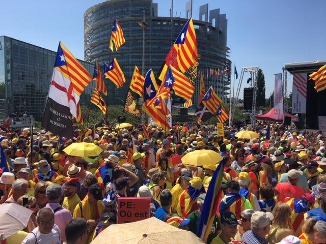 Более 5 000 каталонцев пришли во вторник утром к зданию Европарламента в Страсбурге с требованием допустить трёх своих депутатов, избранных в мае, к заседаниям. Пока Евросоюз отказывает им в этом праве