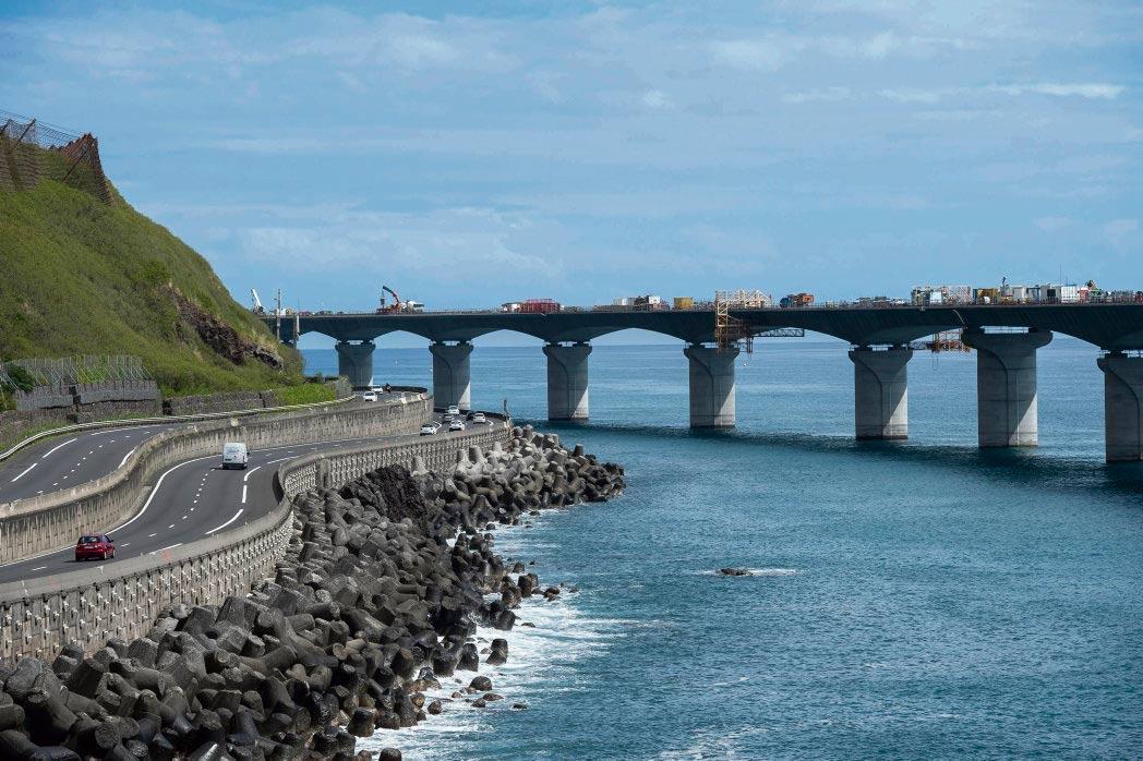 Строительство новой прибрежной дороги на острове пока прекращено. Стоимость проекта растёт, Национальная финансовая прокуратура уже начала расследование.
