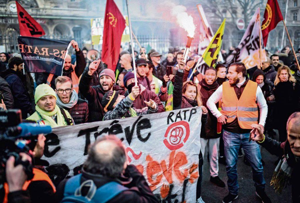 В четверг колонна, состоящая главным образом из сотрудников железных дорог SNCF и парижского транспорта RATP, прошла от Восточного вокзала до Сен-Лазар. Бастующие несли транспарант с лозунгом «Не будет отказа от реформы – не будет затишья!».